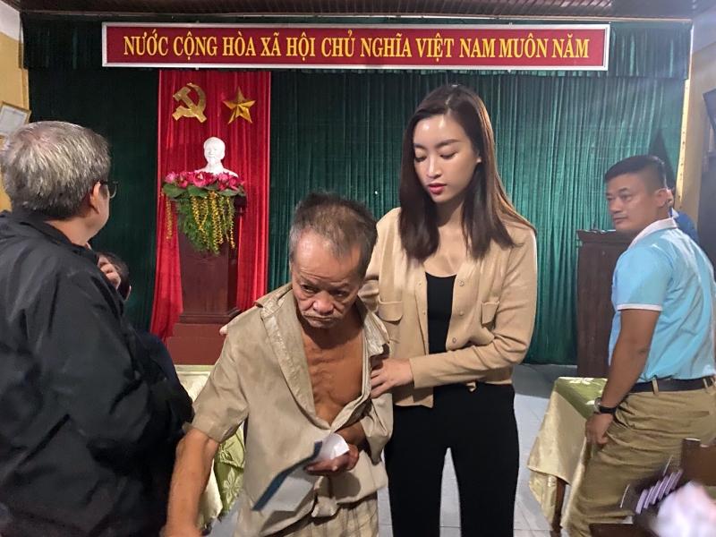 Vừa đến Huế, Đỗ Mỹ Linh - Tiểu Vy - Lương Thuỳ Linh đã gấp rút đến thăm người dân khó khăn sau bão 5