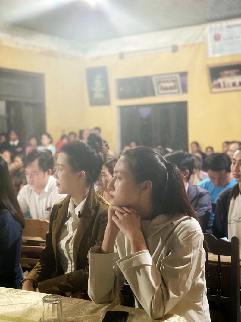 Vừa đến Huế, Đỗ Mỹ Linh - Tiểu Vy - Lương Thuỳ Linh đã gấp rút đến thăm người dân khó khăn sau bão 6