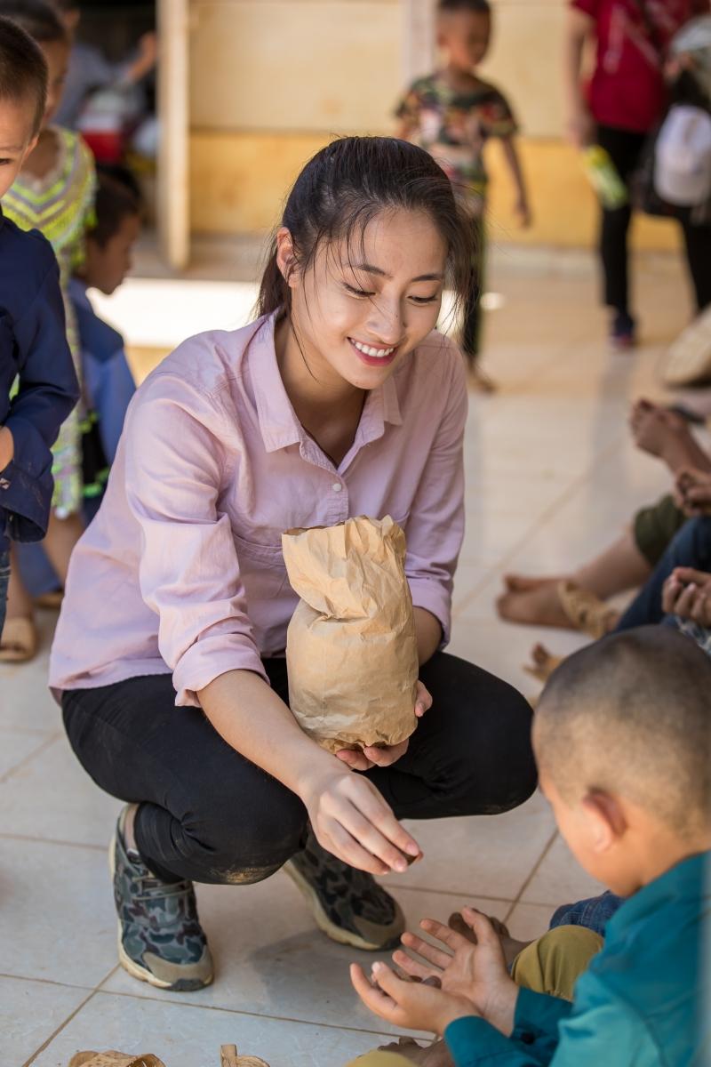 'Bà trùm Hoa Hậu' Phạm Kim Dung cùng dàn Hoa - Á hậu mang vali tiền đến cứu trợ miền Trung 0