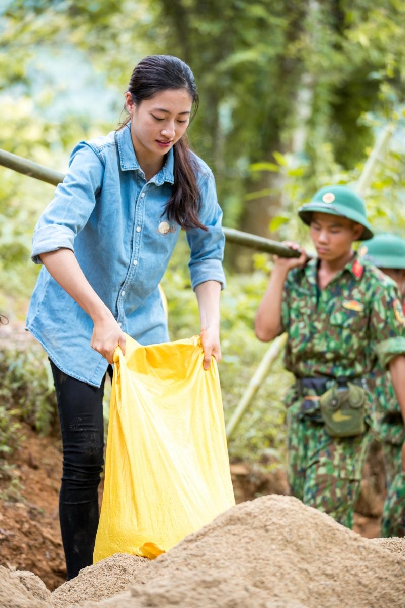 'Bà trùm Hoa Hậu' Phạm Kim Dung cùng dàn Hoa - Á hậu mang vali tiền đến cứu trợ miền Trung 1