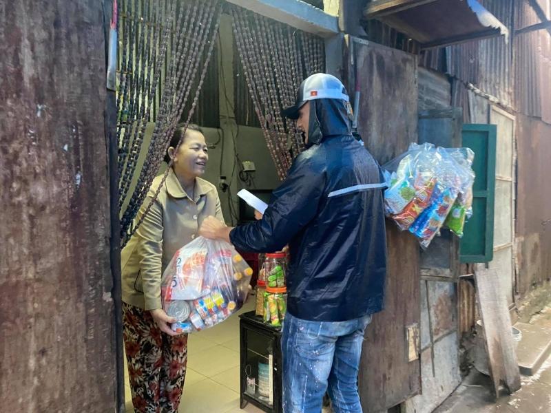 Vĩnh Thụy âm thầm ủng hộ miền Trung 100 triệu đồng, đến Huế trao quà tận tay cho bà con 7