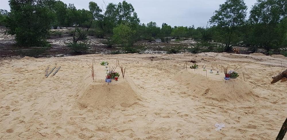 Hai bé được chôn cất ở cách nhà khoảng 300 mét