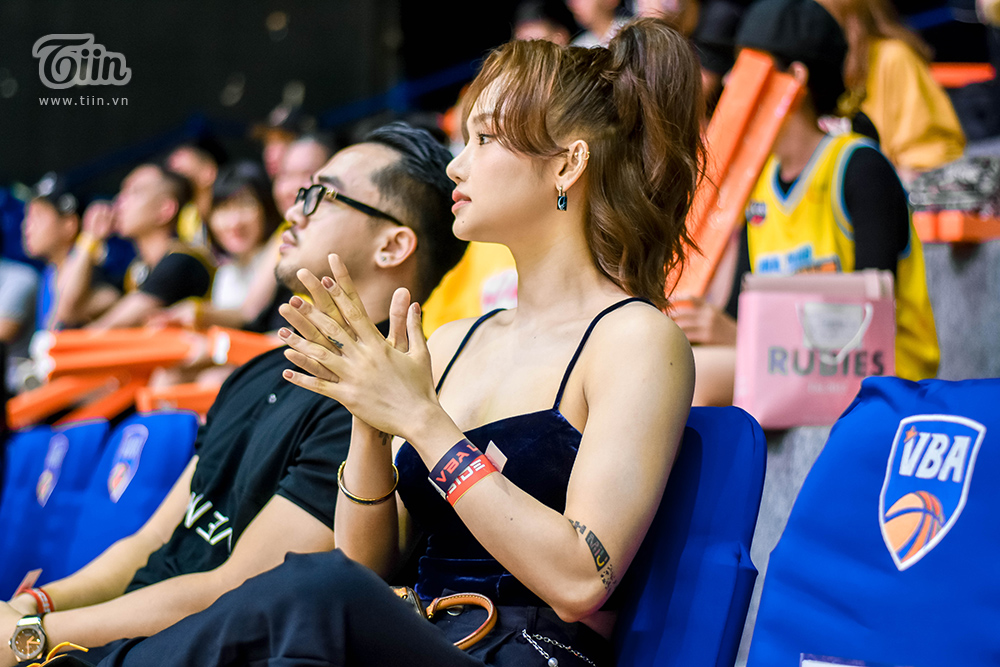 Cả hai được mời ngồi ở hàng sát sân đấu, tham gia cổ vũ cho đội bóng Nha Trang Dolphins.