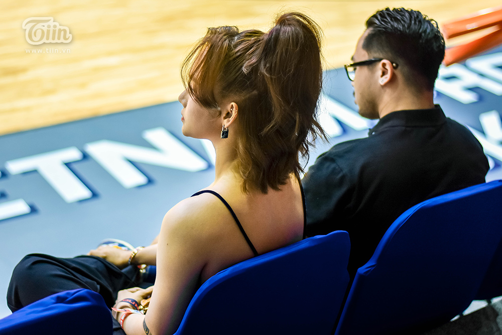 Dù không có nhiều cử chỉ thân mật song cặp đôi vẫn dính vào nghi án đang hẹn hò. Theo một số tin hành lang, người yêu của Miu Lê thường cùng cô theo dõi các trận đấu bóng rổ trong thời gian gần đây.