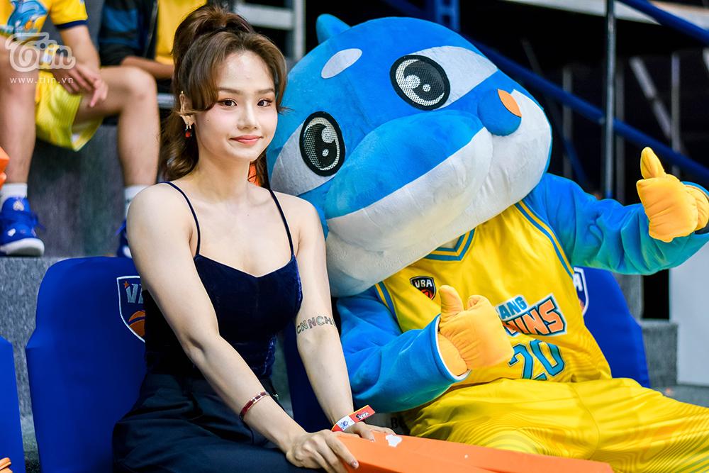 Miu Lê  gây xôn xao khi xuất hiện cùng 'bạn trai tin đồn' tham gia sự kiện bóng rổ 8