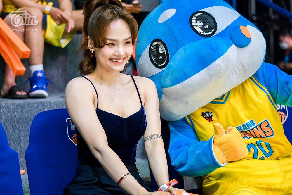 Miu Lê  gây xôn xao khi xuất hiện cùng 'bạn trai tin đồn' tham gia sự kiện bóng rổ 9