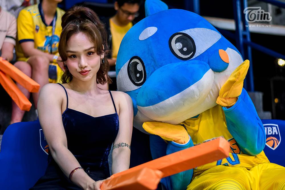 Miu Lê  gây xôn xao khi xuất hiện cùng 'bạn trai tin đồn' tham gia sự kiện bóng rổ 10