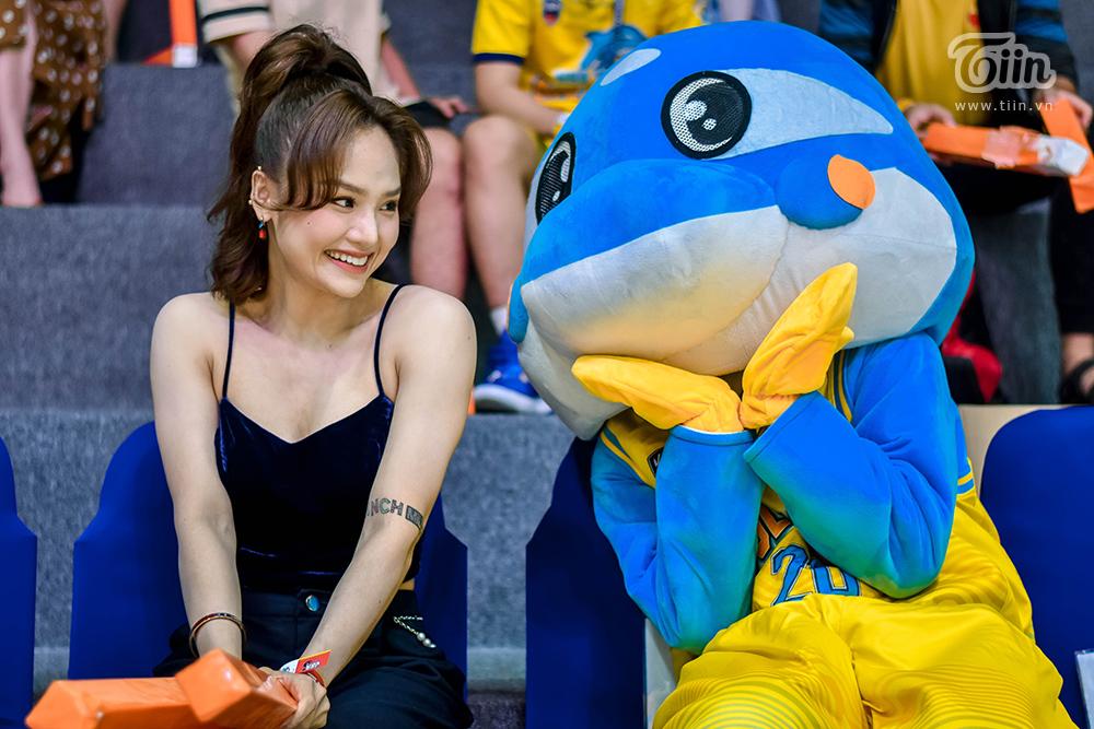 Miu Lê  gây xôn xao khi xuất hiện cùng 'bạn trai tin đồn' tham gia sự kiện bóng rổ 12