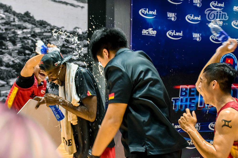 Kết thúc trận đấu gặp Nha Trang Dolphins, Saigon Heat có chiến thắng thứ hai. Cầu thủ xuất sắc nhất trận gọi tênJoshua Keyes.