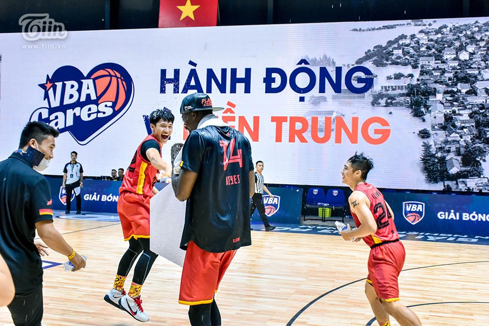 Ngay sau khiJoshua Keyes trả lời phỏng vấn báo chí, các cầu thủ Saigon Heat đã mang đến cho anh 'món quà' bất ngờ là một trận mưa để giải khát. Khán giả thì vô cùng bất ngờ nhưngJoshua Keyes thì có vẻ không ngạc nhiên lắm.