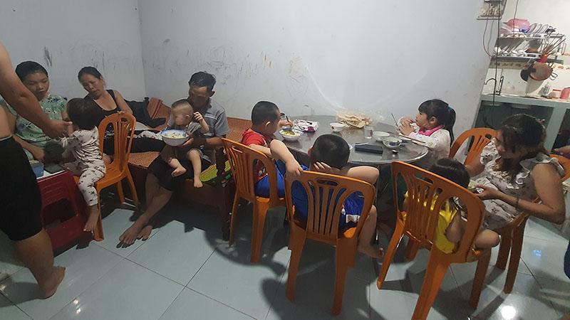 Mỗi khi ăn là phải chia ra 2 mâm người lớn và trẻ con.