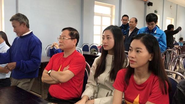 Đỗ Mỹ Linh cùng dàn Hoa hậu xúc động khi gặp gỡ gia đình có con nhỏ bị lũ cuốn trôi 0