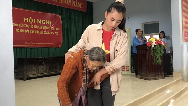 Bà Phạm Kim Dung, Hoa hậu Đỗ Mỹ Linh, Hoa hậu Tiểu Vy,... trực tiếp đến những khu vực chịulũ lụt.