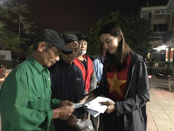 Đỗ Mỹ Linh cùng dàn Hoa hậu xúc động khi gặp gỡ gia đình có con nhỏ bị lũ cuốn trôi 4