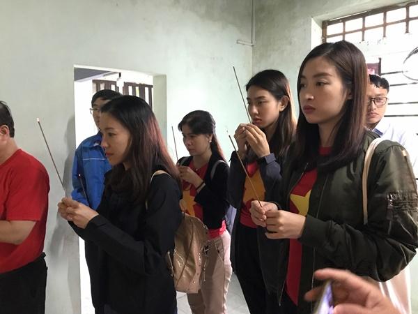Đỗ Mỹ Linh cùng dàn Hoa hậu xúc động khi gặp gỡ gia đình có con nhỏ bị lũ cuốn trôi 11