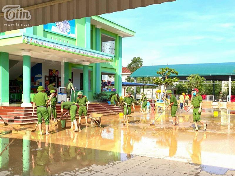 Trời đã bắt đuầ hửng nắng,Phòng GD-ĐT Quảng Bình đã huy động toàn lực giúpTrường Mầm non Phú Hải dọn dpej sau lũ