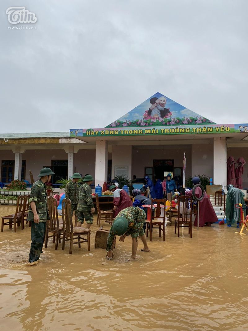 Bùn đất ngập sâu khiến công tác dọn dẹp, khắc phục hậu quả gặp nhiều khó khăn