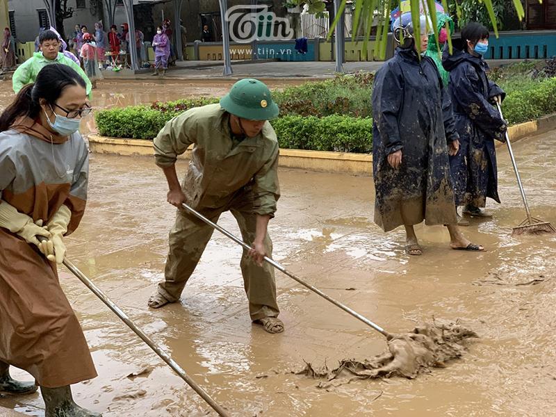 Các cán bộ, giáo viên phải đi ủng, mặc áo mưa để tránh bùn đất nhưng chân tay người ngợm vẫnlấm lem