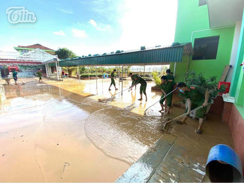 Các chiến sĩ ởĐồn biên phòng Nhật Lệ, BCH quân sự TP Đồng Hới cùng giúp đỡ nhà trường dọn dẹp sau lũ