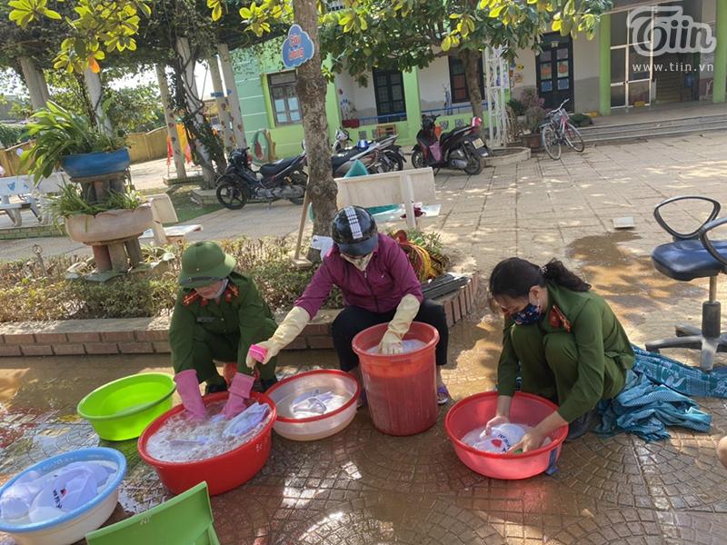 Đồ chơi, mũ áo của học sinh được đánh rửa tỉ mỉ qua nhiều lần nước mới sạch