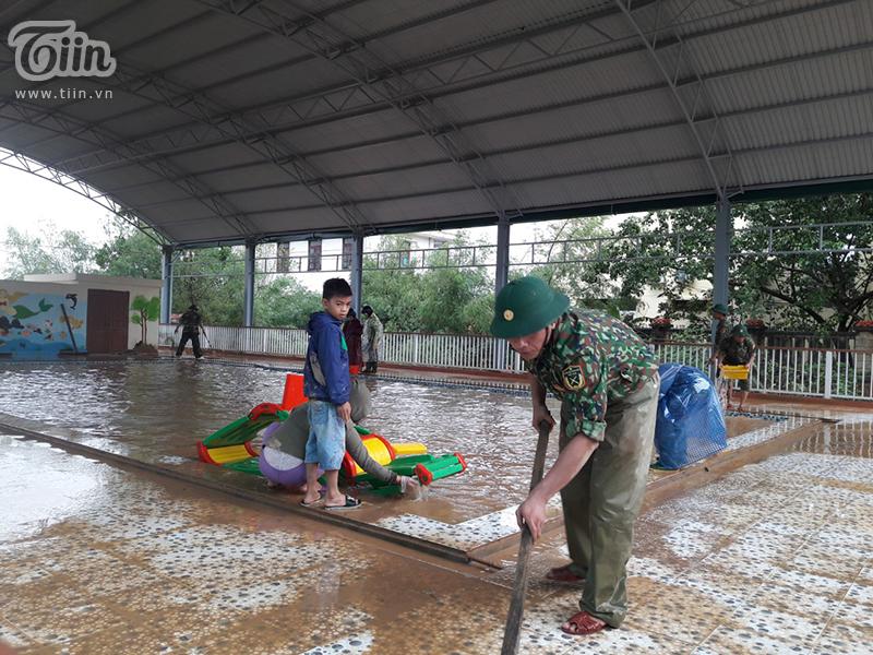 Khu vực vui chơi trong khuôn viên trường vẫn còn đọng nhiều nước, một số đồ chơi đã bị hư hỏng