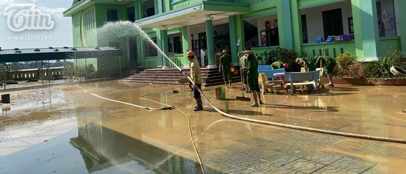 Rất may thời tiết đã hửng nắng nên bàn ghế, sân trường cũng như các đồ dùng học tập của học sinh đã bắt đầu khô ráo hơn