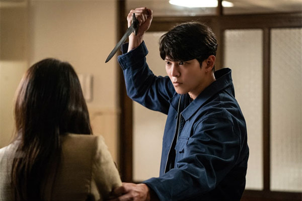 Ánh mắt lạnh lùng tuyệt tình của Park Jin Gyeom lúc này