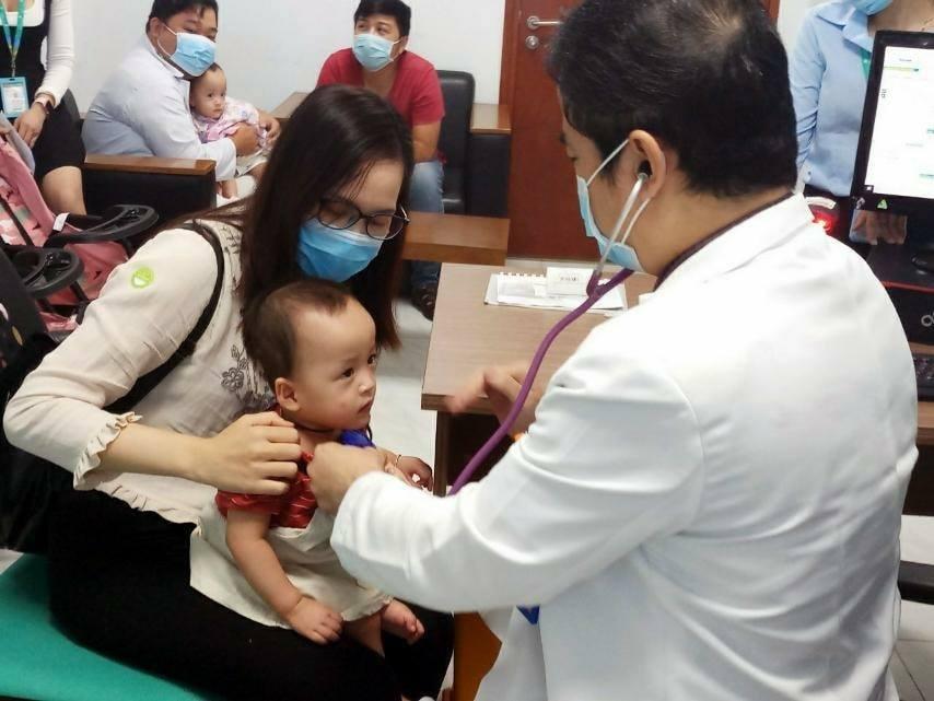 Sau 15 ngày xuất viện, Song Nhi trở lại tái khám, 'đua xe' vui vẻ và mừng hết cỡ khi gặp lại các y bác sĩ 0
