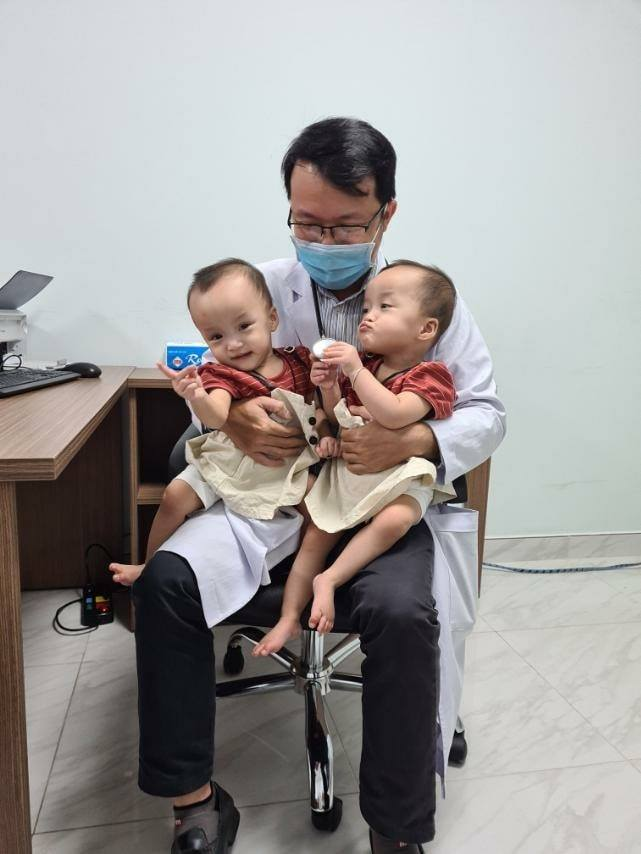 Trúc Nhi - Diệu Nhi vui mừng khi được bác sĩ bế bồng.Ảnh bệnh việnNhi đồng Thành phố.
