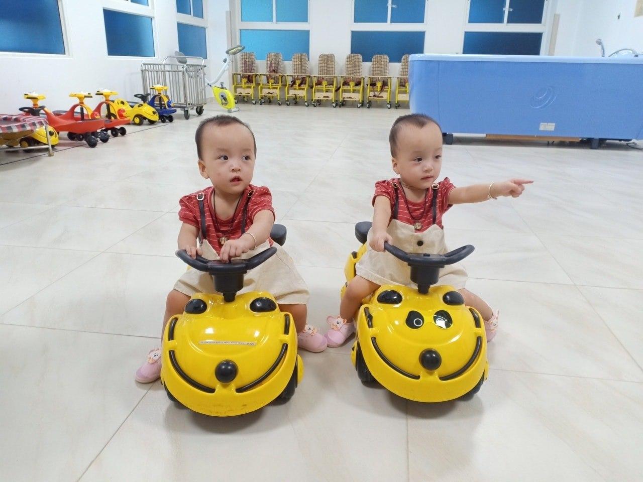 Sau 15 ngày xuất viện, Song Nhi trở lại tái khám, 'đua xe' vui vẻ và mừng hết cỡ khi gặp lại các y bác sĩ 6