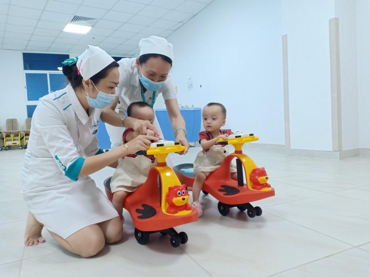 Sau 15 ngày xuất viện, Song Nhi trở lại tái khám, 'đua xe' vui vẻ và mừng hết cỡ khi gặp lại các y bác sĩ 5