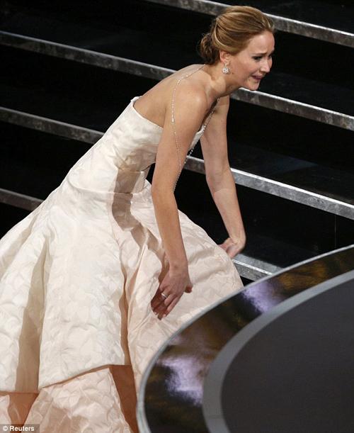 Màn 'vồ ếch' củaJennifer Lawrence trên sân khấu Oscar 2013.