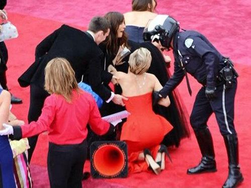 Nữ diễn viên lại gặp sự cố trên sâu khấu Oscar 2014.