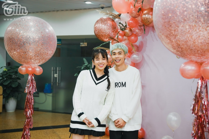 Hài hước và đáng yêu, diễn viên hài Hồng Thanh cùng bạn gái DJ Mie đã tặng luôn cho Tiin một bài hátHappy birthday.
