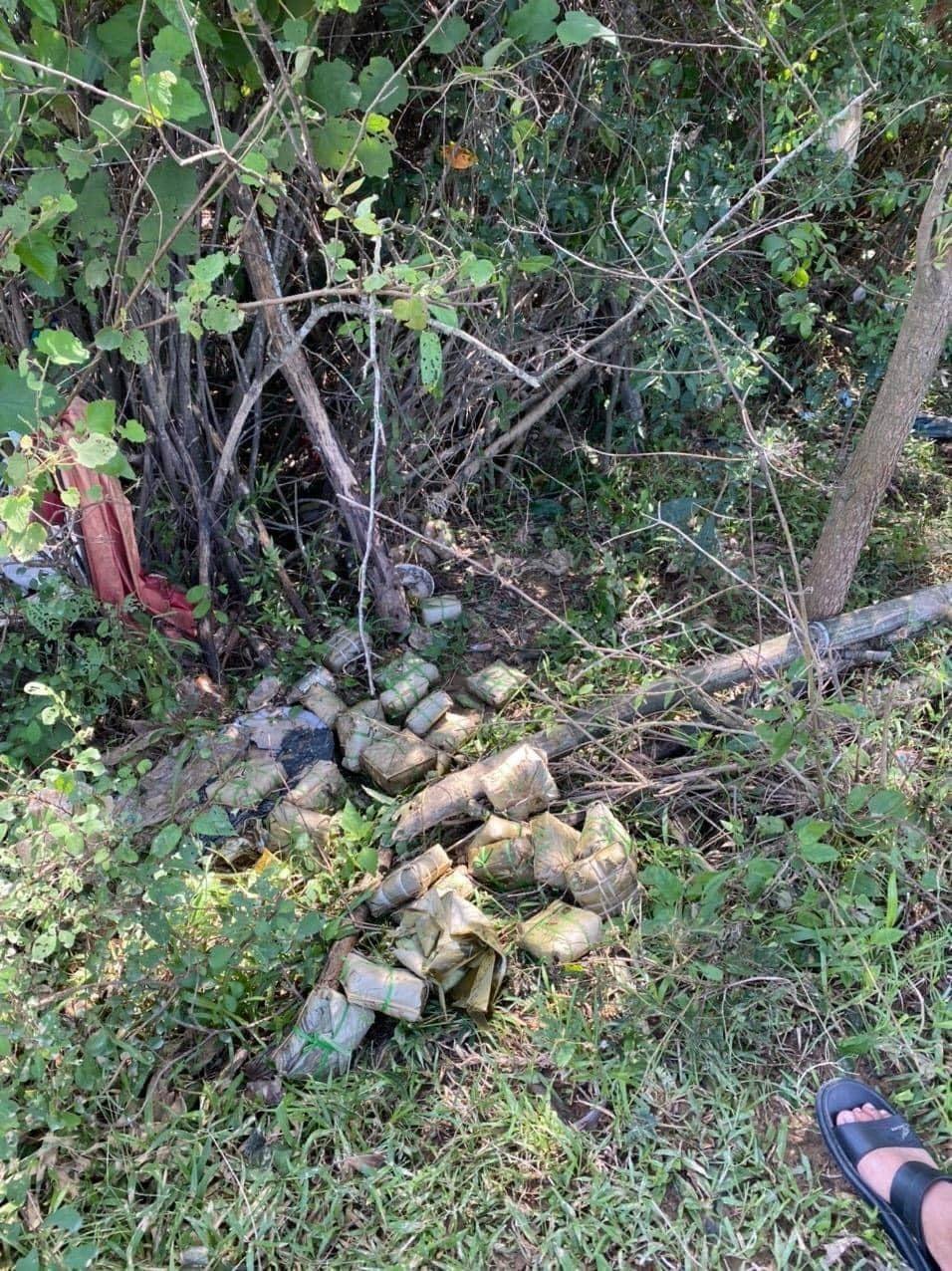 Những chiếc bánh thiu bị vứt bỏ ở vệ đường. Ảnh Tô Nguyệt.