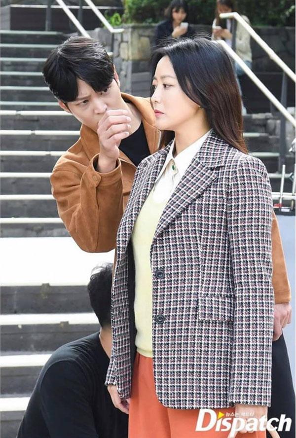 'Xứ sở Alice': Soi loạt 'thính' Joo Won 'canh me' vuốt tóc cho 'chị đẹp' Kim Hee Sun trong hậu trường 1