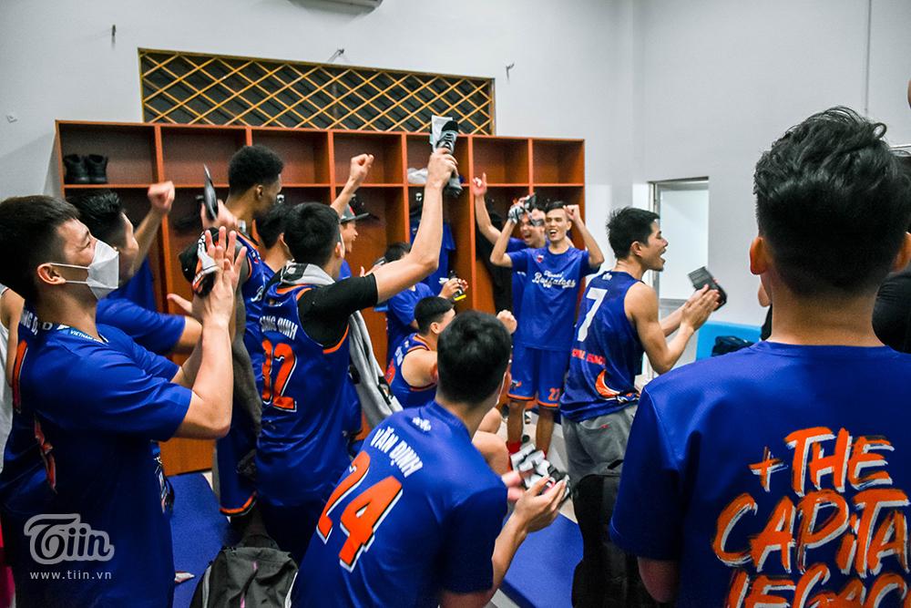 Ăn mừng từ sân đấu vào phòng họp, sự phấn khích hiện lên rõ gương mặt thành viên đội bóng.