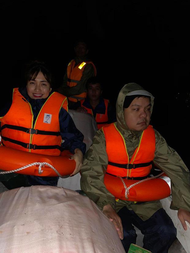 Gia đình Hoa Dâm Bụt khi đi cứu trợ lũ lụt miền Trung: Erik hát động viên, Hòa Minzy đưa thai phụ đi cấp cứu 5