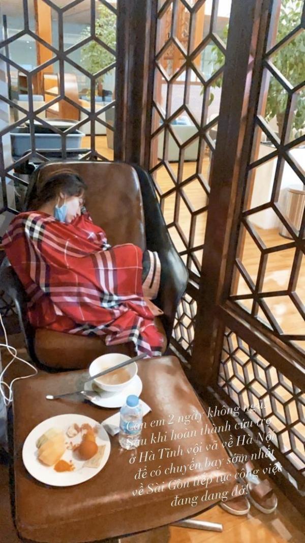 Hòa Minzy lộ mặt mộc phờ phạc, ngủ gật ở sân bay sau 2 ngày thức trắng đi cứu trợ miền Trung.