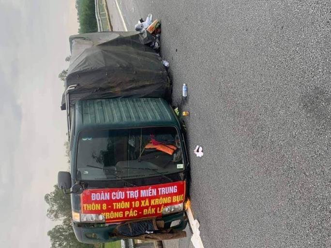Chiếc xe tải bị lật trên đường cao tốc sau va chạm