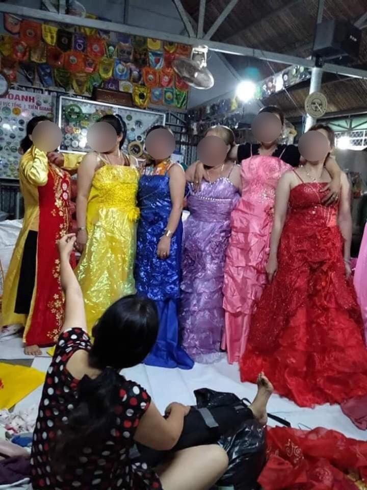 Mọi người đã mở được cả một 'show' thời trang khi nhận được thùng váy cưới đó.