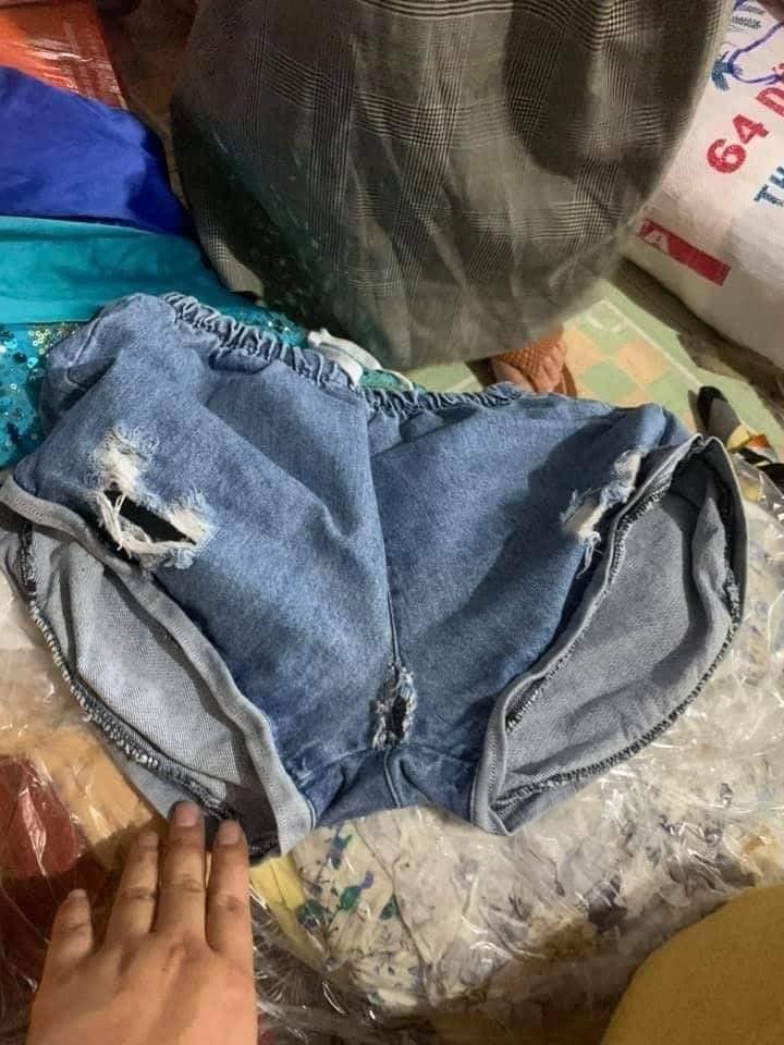 Có người đã ủng hộ một chiếc quần bị rách.