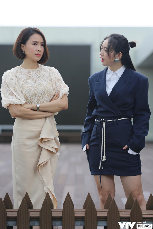 Trong cảnh quay này, Minh Châu và Minh Ngọc có vẻ đang tranh cãi nhau về một vấn đề nào đó.