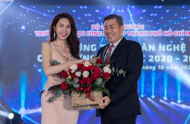 Cô nhận hoa cảm ơn từthầy Hiệu trưởng Phan Hồng Hải.