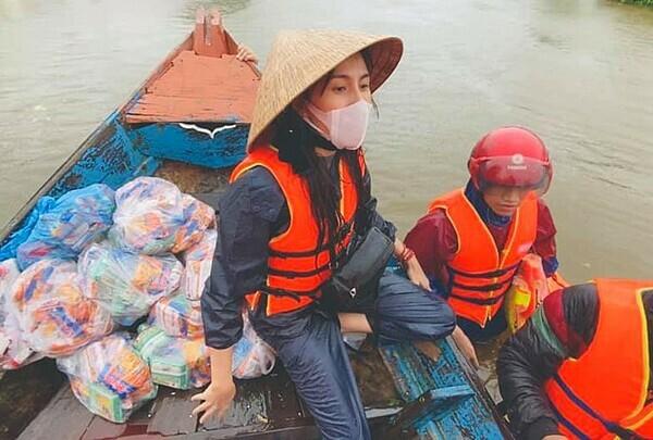 Một số hình ảnh của Thủy Tiên trong chuyến đi cứu trợ miền Trung vừa qua.