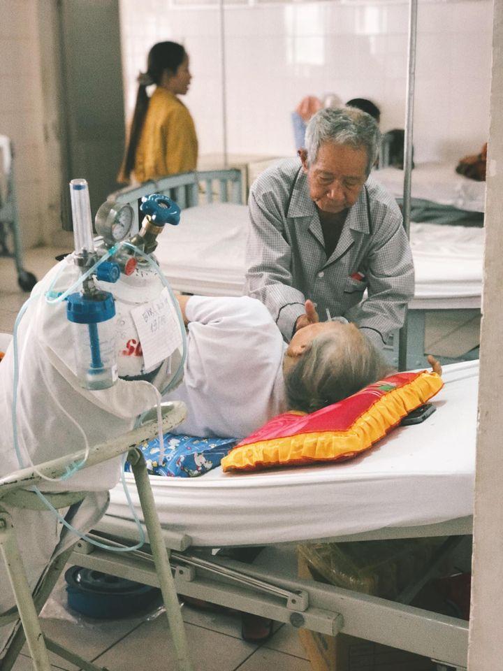 Xúc động cụ ông 85 tuổi một mình chăm sóc vợ tiểu đường nặng: 'Có chết ông cũng phải nuôi bà đến phút cuối cùng' 1