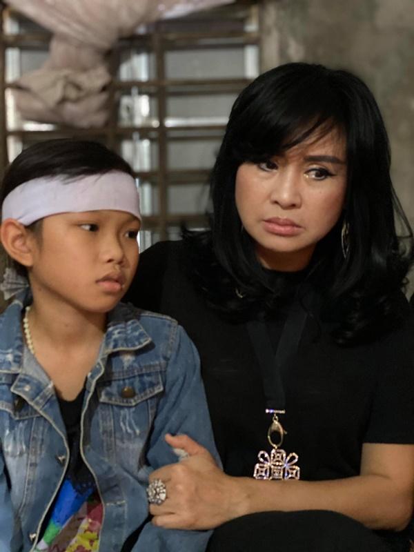 Ca sĩ Tùng Dương, Thanh Lam trực tiếp thăm hỏi, trao quà cho bà con miền Trung trong đợt lũ lịch sử 2
