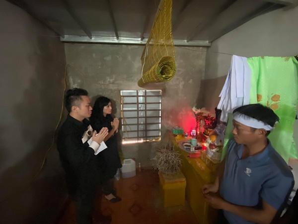 Ca sĩ Tùng Dương, Thanh Lam trực tiếp thăm hỏi, trao quà cho bà con miền Trung trong đợt lũ lịch sử 0