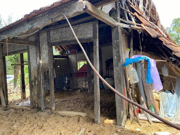 Hình ảnh nhà cửa, đồ đạc đều bị nhấn chìm bởi nước lũ đã bị hư hỏng nặng nề.