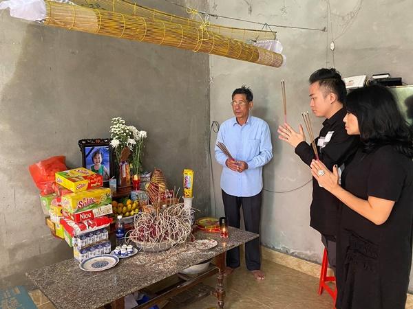 Ca sĩ Tùng Dương, Thanh Lam trực tiếp thăm hỏi, trao quà cho bà con miền Trung trong đợt lũ lịch sử 7